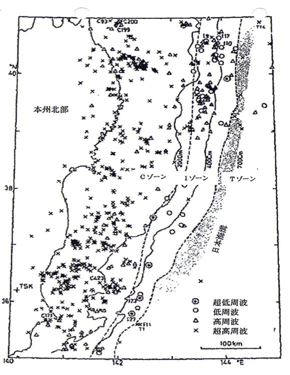 点線で囲われた領域に超低周波,低周波地震が集中している