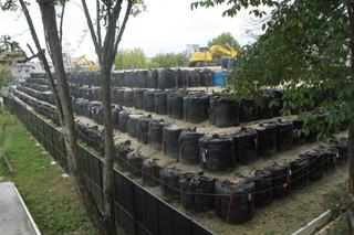積み上げられる放射性廃棄物の山