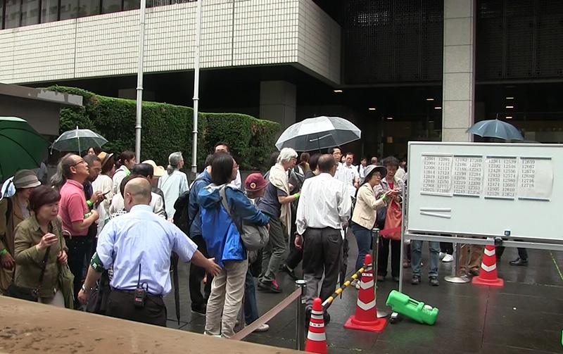 傍聴抽選結果の発表の様子。東京地裁にて