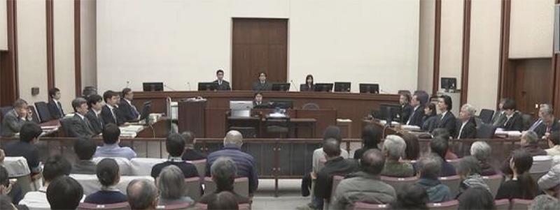 (法廷のようす。写真左側に被告人・弁護人が座り、右側に指定弁護士・被害者参加代理人が座る)