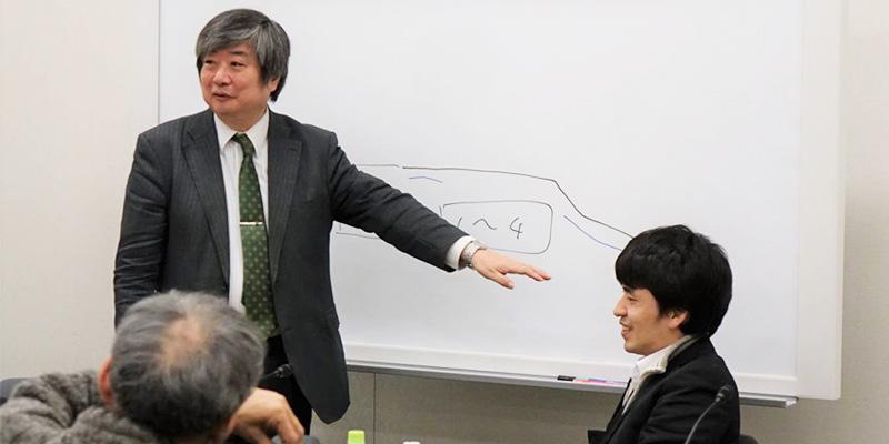 報告会・記者会見で解説をする海渡弁護士と甫守弁護士